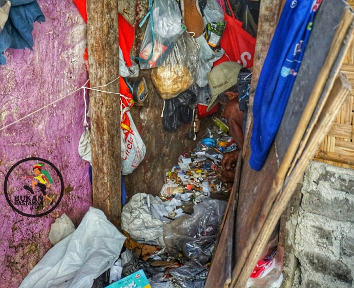 Bekerja memilah sampah