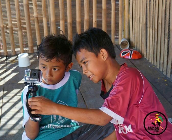 Bercanda dan mengajari mereka menggunakan kamera action